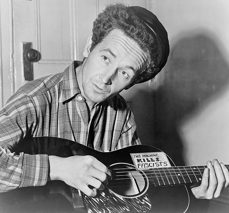 Woody con su guitarra: Esta máquina mata fascistas